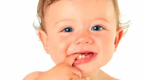 Когда начинают лезть зубы у новорожденных