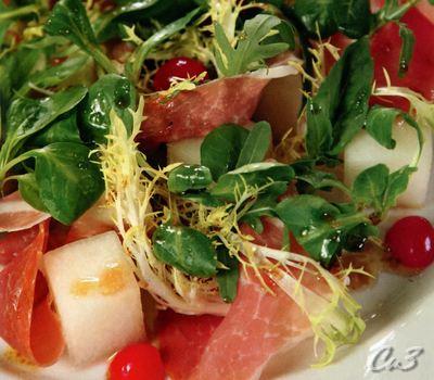 Салат с дыней, пармской ветчиной и черешней