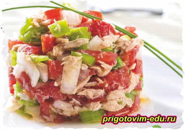 Салат из помидор с тунцом и перцем