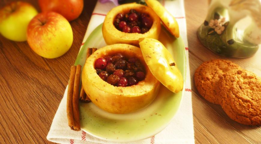 Печеные яблоки с клюквой и изюмом